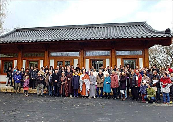새법당 낙성식 원광사 새법당 낙성식에 참가한 내빈과 신도들, 가운데가 주지 청안스님