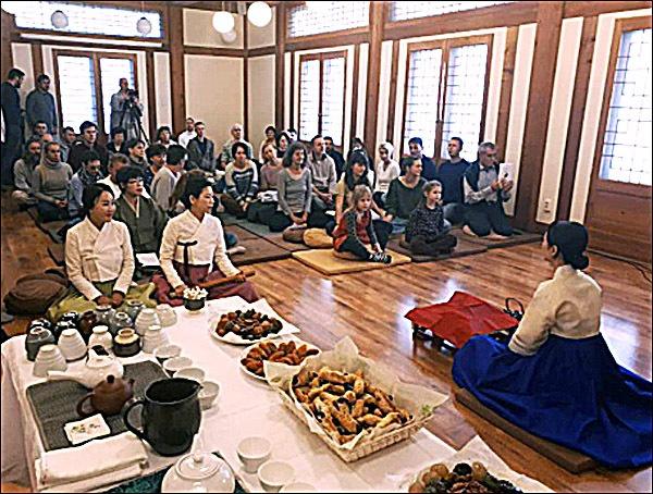 선차시연 2부 행사의 하나인 선차(禪茶)시연 모습, 선차시연은 초의차문화연구원 김은영 씨가 맡았으며 참석자들의 큰 손뼉을 받았다.