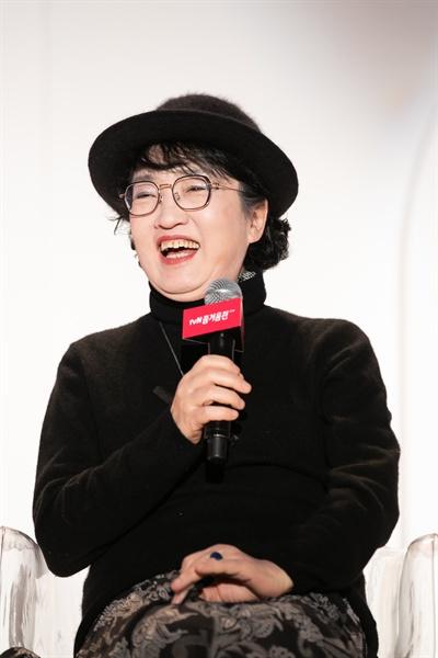 김진애 박사가 25일 서울 동대문디자인플라자에서 열린 '2018 tvN 즐거움 전' <알쓸신잡3> 토크 세션에 참석해 발언하고 있다.
