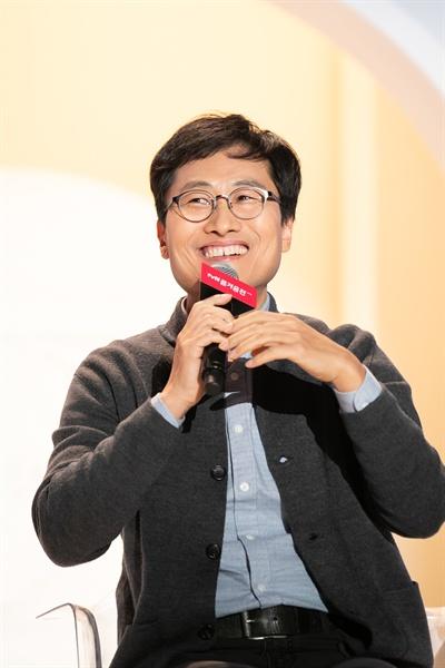 김상욱 박사가 25일 서울 동대문디자인플라자에서 열린 '2018 tvN 즐거움 전' <알쓸신잡3> 토크 세션에 참석해 발언하고 있다.