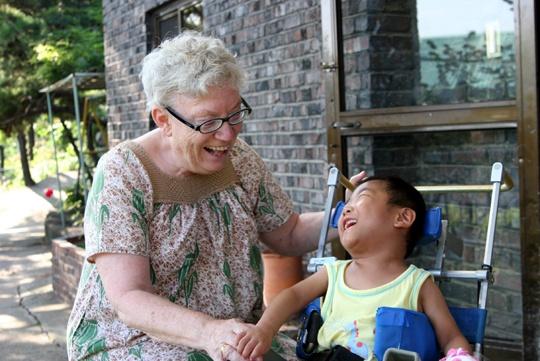 말리는 2013년 골수암 판정을 받았다. 이미 주님의 뜻에 따라 봉사하는 삶을 살기로 한 말리에게 병은 특별한 의미를 지니지 않았다. 그저 담담히 받아들이며 치료했다. 다만 살아있는 동안 돌봄이 필요한 아이들, 장애인들을 위해 조금이라도 더 많은 일을 하고 싶은 마음 뿐이다.