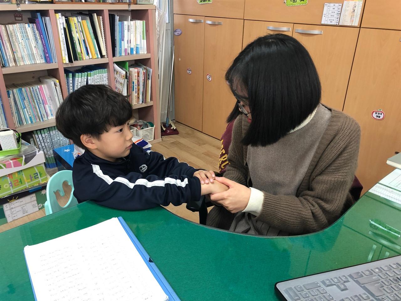 충남 서천의 시초초등학교병설유치원(교장 조성업) 권소현 교사는 유아의 성장과 발달을 체계적으로 측정하고 평가하기 위해 아이들과 특별한 대화 시간을 갖고 있다.