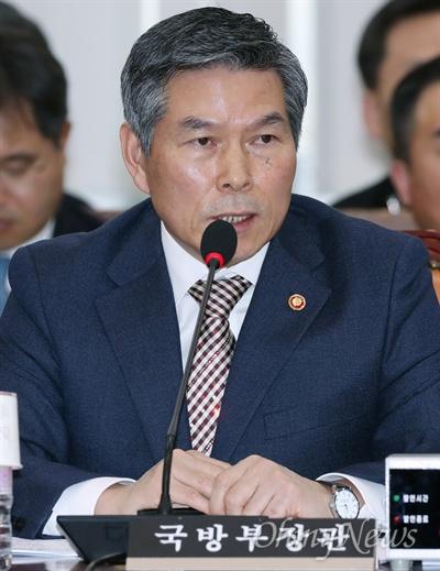 답변하는 정경두 국방장관 정경두 국방부 장관이 26일 국회에서 열린 국방위원회 전체회의에 출석해 의원들의 질의에 답변하고 있다.