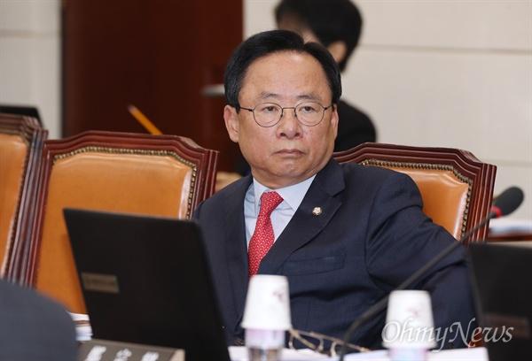 국방위 참석한 이주영 이주영 자유한국당 의원이 26일 오전 국회에서 열린 국방위원회 전체회의에 참석하고 있다.