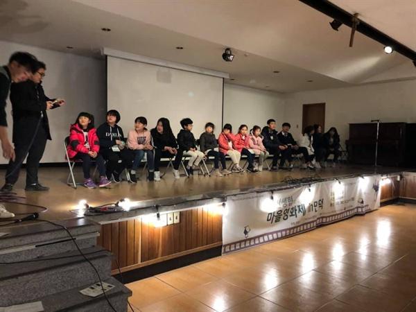 관객과 대화와 만남인 GV를 위해 무대에 오른 4개팀이다. 나는 영화조 (초등학교3학년 팀)의 팀원이자 지도강사로 참여하였다.
