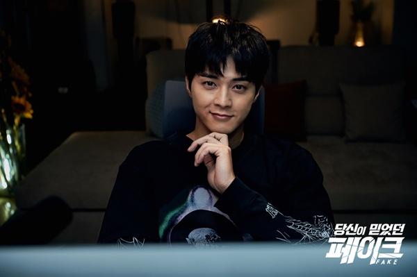 배우 김지훈이 MBC 2부작 파일럿 프로그램 <당신이 믿었던 페이크>에서 가짜 뉴스의 실체를 추적하는 '서처 K'가 됐다.