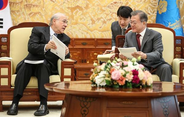 문재인 대통령이 26일 오후 청와대에서 포럼 참석차 방한 중인 앙헬 구리아 OECD 사무총장을 만나 OECD에서 저술한 한국 관련 연구 책자를 전달받고 있다.