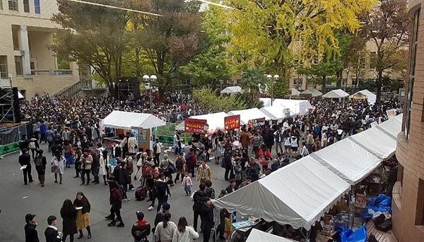게이오대학 미타캠퍼스 중앙광장에서 대학 축제 '미타사이'가 열리고 있다.