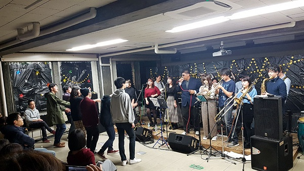 게이오대학 대학축제에서 재즈음악 동아리 학생들이 강의실 특설무대에서 공연을 펼치고 있다.
