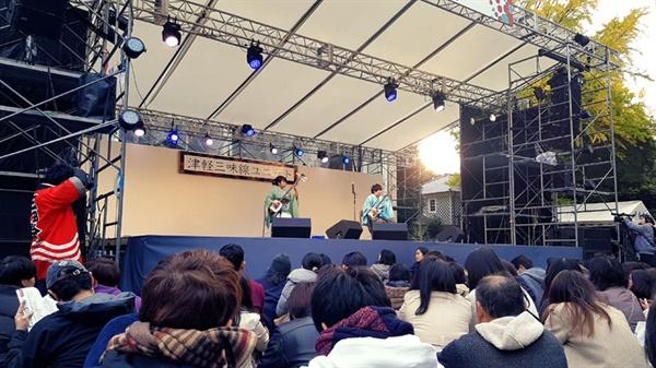 게이오대학 대학축제에서 학생들이 일본 전통악기인 샤미센을 연주하고 있다.