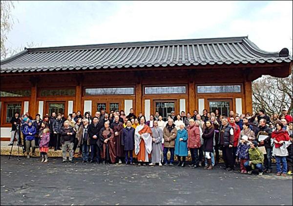 낙성식 헝가리 한국절 새법당(큰방 및 종무소) 낙성식(11월 24일, 현지시각)에 모인 내빈과 신도들. 가운데가 주지 청안스님
