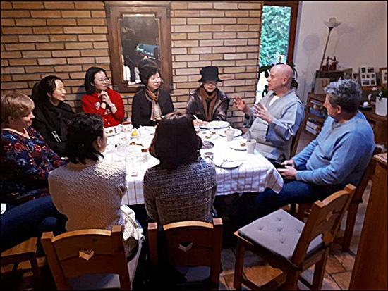 헝가리 목수 집 헝가리 목수 집을 방문한 기자 일행이 우르바니츠 야노시로부터 원광사 새법당에 관련된 이야기를 듣고있다. 오른쪽 하늘색 웃옷 차림이 헝가리 목수이고 그 옆은 통역을 맡은 청안 스님
