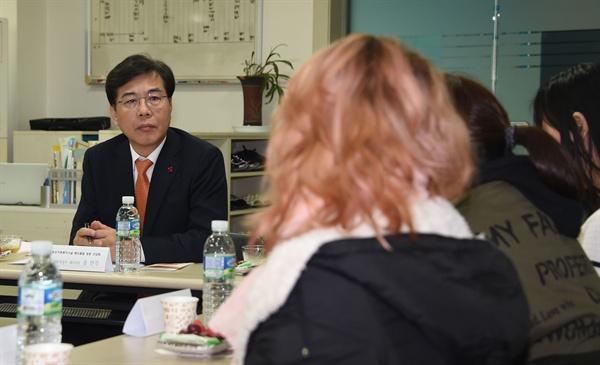 송언석 자유한국당 의원(경북 김천)이 기획재정부 차관이던 2016년 12월 28일 서울시 용산구 해오름빌(모자가족 복지시설)을 방문했을 당시 모습. 당시 송 차관은 입소자들의 애로사항을 청취하는 등 간담회를 진행했다.