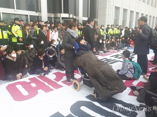 """27일 오후 발달장애인 부모들이 국회를 찾아 시위를 벌였다. 이들은 """"발달장애 국가 책임제 보장하라""""면서 """"국회에서 책임지고 국가 책임제를 이행해달라""""라고 요구했다."""