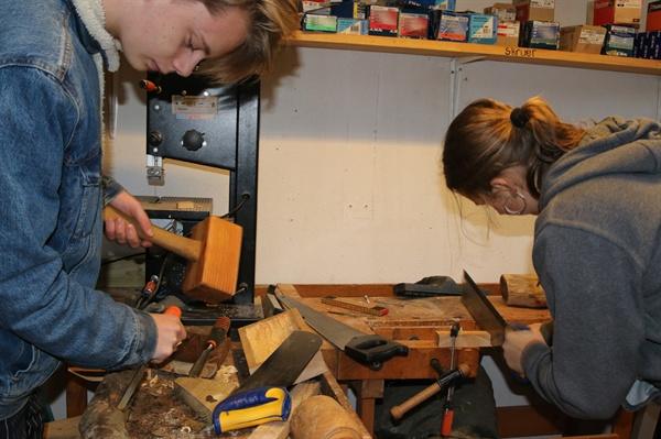 새장 만들기 과제를 수행하는 학생들 바우네호이 에프터스콜레 학생들이 과제를 수행하고 있다. 새장을 만들기 위해 직접 설계에서 부터 나무를 깎고 자르며 재료를 만들었다. 이곳에서는 모든 과제를 협동으로 수행하도록 하고 있다.
