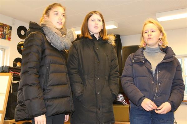교가를 부르고 있는 마리아, 에스다, 클라라 바우네호이 에프터스콜레는 오전 8시 다함께 노래를 부르며 하루 일과를 시작한다. 취재진의 노래 요청에 교가를 함께 부르고 있다.