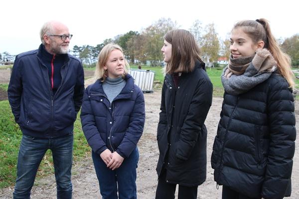 다마드 교감과 세 학생 이들은 취재진에게 바우네호이 에프터스콜레 교정 안내와 함께 교육과정에 이르기까지 소개했다.