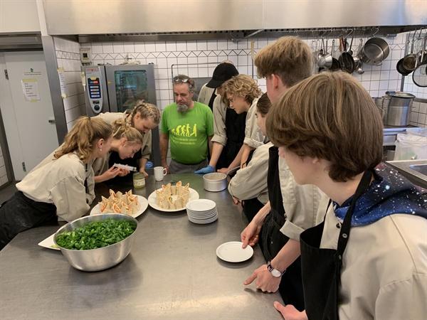 점심시간 전에 요리실습하는 학생들 바우네호이에는 '땅에서부터 식탁까지'라는 특이한 과목도 있다. 학생들이 직접 농장에서 재배한 싱싱한 채소로 직접 요리까지 한다.