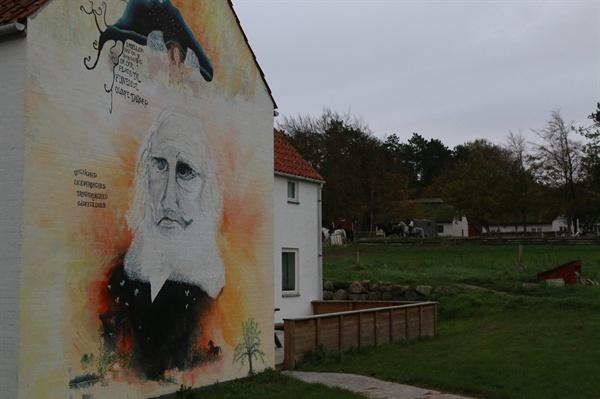 바우네호이 학교 전경 덴마크의 아버지라 불리우는 그룬트비의 초상화로 보이는 벽화가 그려져 있는 바우네호이 에프터스콜레. 건물 뒷쪽에서는 승마교육이 한창이다.