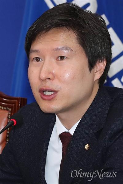 최고위 참석한 김해영 더불어민주당 김해영 최고위원이 28일 국회에서 열린 최고위원회의에서 모두발언을 하고 있다.