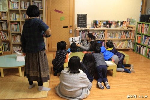 아이들은 스스로 책을 골라서 읽기도 하고, 어느 어른이 그림책을 읽어 주기도 하고.