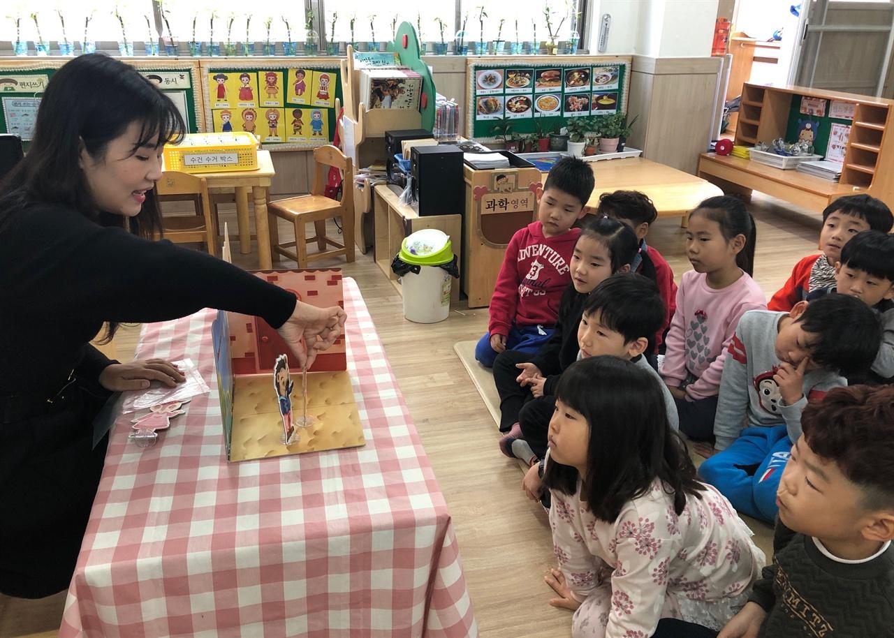 충남 아산신광초등학교병설유치원(원장 오임석)의 아침 풍경은 조금 색다르다. 모든 유아들이 등원하고 아침 책 읽기를 마친 오전 9시 30분이면 어김없이 안전교육이 시작된다.