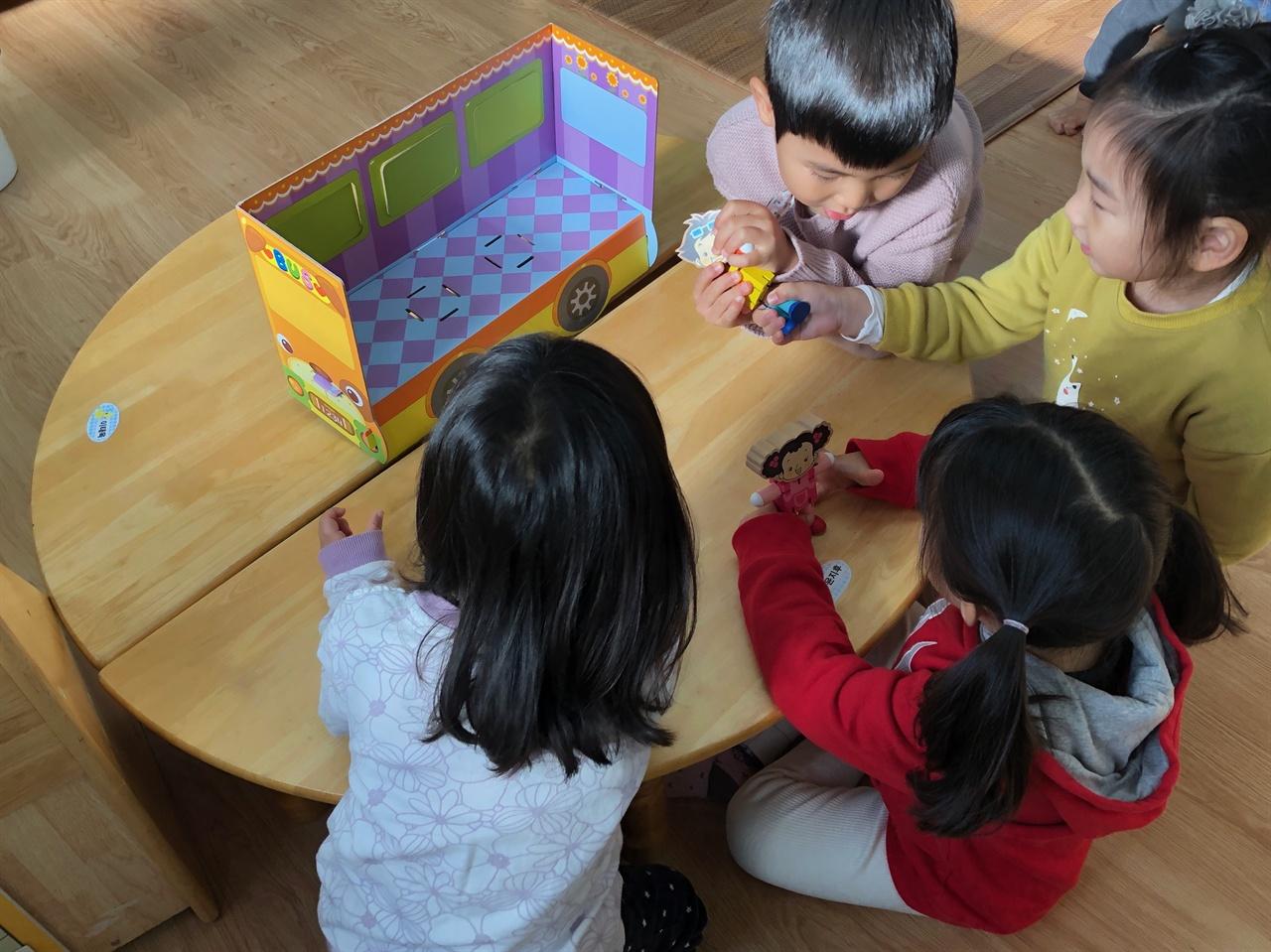 버스안전교육을 마친 만3세 유아들이 버스모형을 활용해 놀이를 하고 있다.