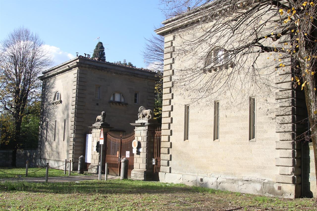 빌라 메디치 카레지 피렌체 외곽 카레지에 있는 메디치 가문의 별장. 코시모 데 메디치는 이 별장을 인문학자들과 예술가들이 자유롭게 토론하고 탐구할 수 있는 장소로 내주었다. '플라톤 아카데미'라 불렸으며 이곳에서 고대 철학이 재조명 받는다.