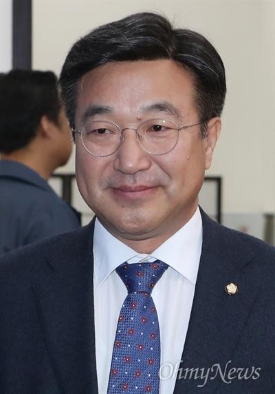 윤호중 더불어민주당 사무총장이 28일 오전 국회에서 열린 최고위원회의에 참석하고 있다.