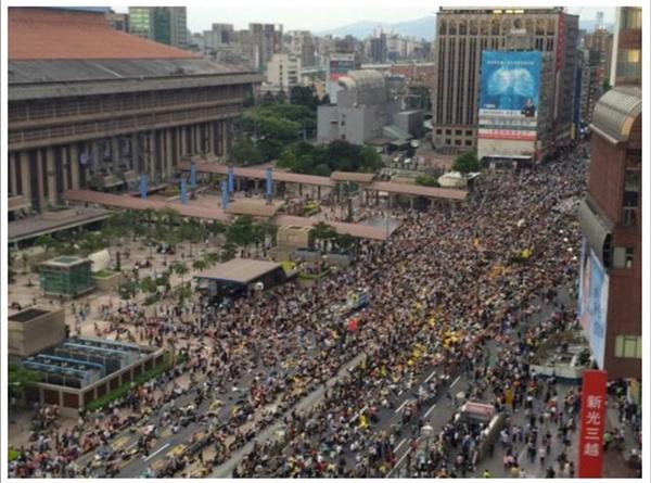 2014년 4월 27일 5만명의 시민들이 타이페 주요도로인 충효서로(타이페 기차역 앞)를 점령했다.
