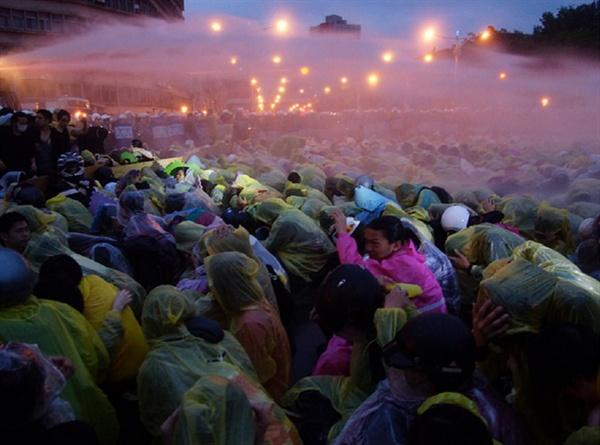 2014년 4월 28일 새벽 경찰들이 물대포를 발사해 수만명시민을 강제로 쫓아냈다.하지만 시민들은 자리를 지켰다.