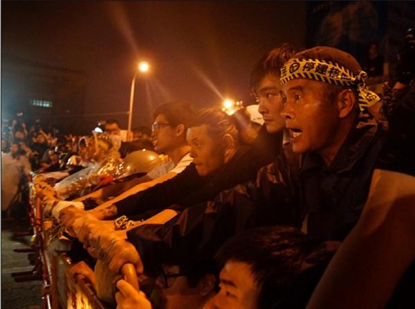 2014년 4월 28일 새벽에 반핵시민들이 경찰과 강하게 대치하면서 당일 아침까지 모두 경찰에게 강제 추방 당했다. 하지만, 이 날 마잉주 정부는 제4원전 공사중단을 선포했다. 당시 핵발전소 반대 시위의 주력은 대만의 30~40대 아빠들이었다.