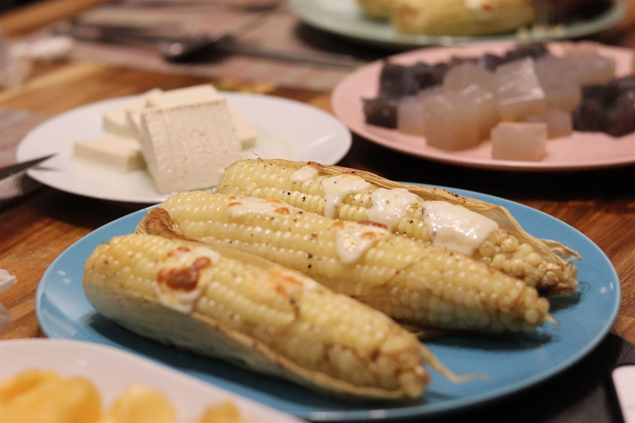 옥수수에 통후추와 치즈를 뿌려 오븐에 구웠다.