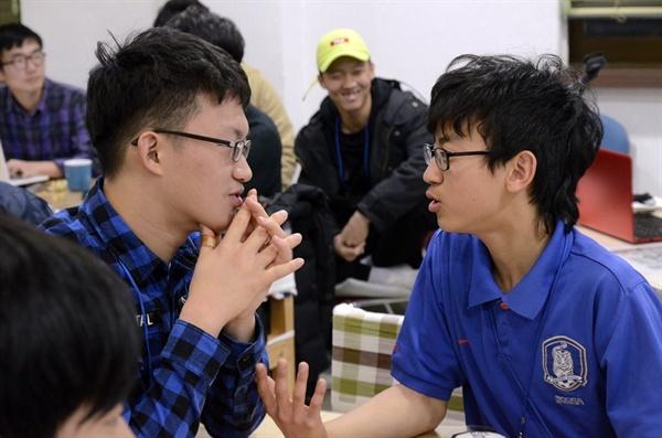 열렬히 토론하는 김규성(19) 학생과 양하늘(15) 학생(오른쪽)