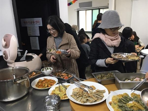 함께마포팀  / 참여자들이 직접 만든 음식들을 이웃주민들과 함께 나누는 롱테이블