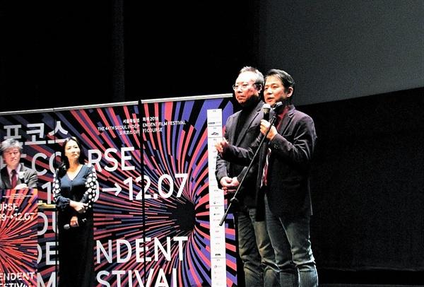 29일 저녁 서울 CGV압구정에서 열린 서울독립영화제 개막식에서 고영재 한국독립영화협회 이사장과 오석근 영진위원장이 개막선언을 하고 있다.