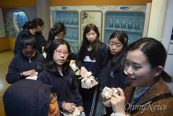 28일 오후 서울 성동구 수도박물관에 견학 온 한양초등학교 학생들이 수돗물 정수 과정에 대해 설명을 듣고 있다.