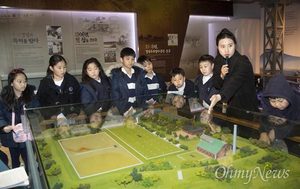 28일 오후 서울 성동구 수도박물관에 견학 온 한양초등학교 학생들이 서울 최초의 정수장인 경성수도양수공장(1908년) 조형물을 살펴보고 있다. 서울시는 수도박물관에서 11월27일부터 12월 27일까지 대한민국 근대 상수도 역사를 알리는 '뚝섬 1908, 아리수를 품다' 기획전시를 개최한다.
