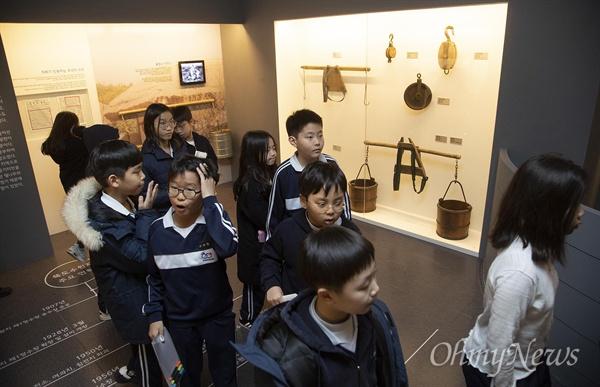 28일 오후 서울 성동구 수도박물관에 견학 온 한양초등학교 학생들이 전시된 물장수와 물동이를 살펴보고 있다.