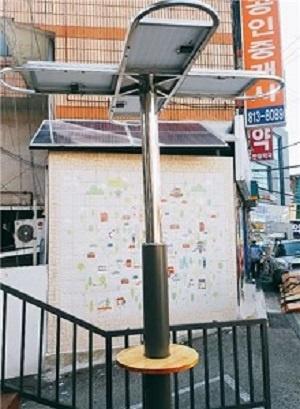 태양광 전기로 휴대전화를 충전할 수 있는 서울 성대골마을의 솔라트리. 누구나 무료로 사용할 수 있다.