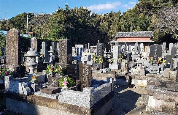 일본 치바현의 한 동네 묘지 전경.