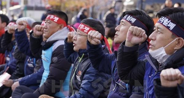 구호 외치는 민주노총 지도부 1일 국회 앞에서 민중대회가 열린 가운데 민주노총 지도부가 구호를 외치고 있다.