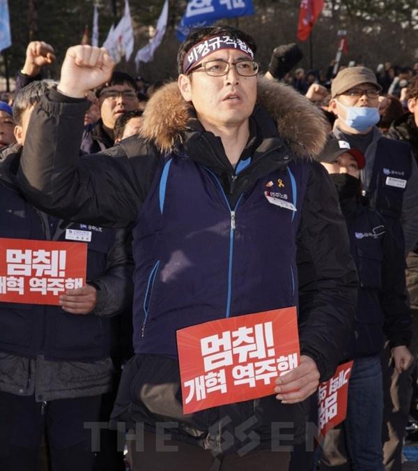 구호 외치는 참가자 1일 국회 앞에서 민중대회가 열린 가운데 참가자들이 구호를 외치고 있다.