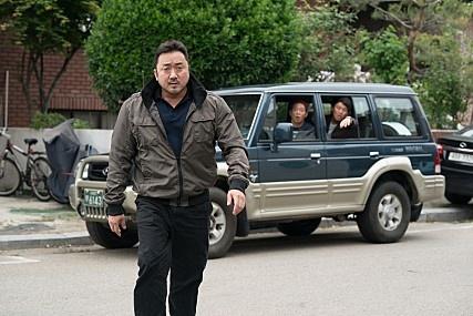 김민호 감독의 영화 <성난황소>의 강동철(마동석 분)을 보고 있으면 강 건너 헐리우드의 <어벤져스> 속 헐크가 떠오르기도 한다.