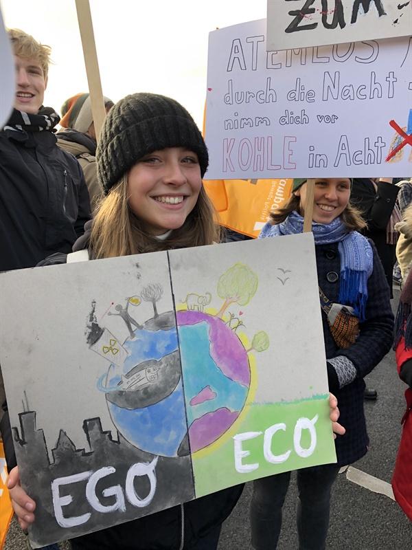 에고(Ego, 이기적인)와 에코(Eco, 친환경적인)를 비교한 독창적인 피켓을 가진 학생