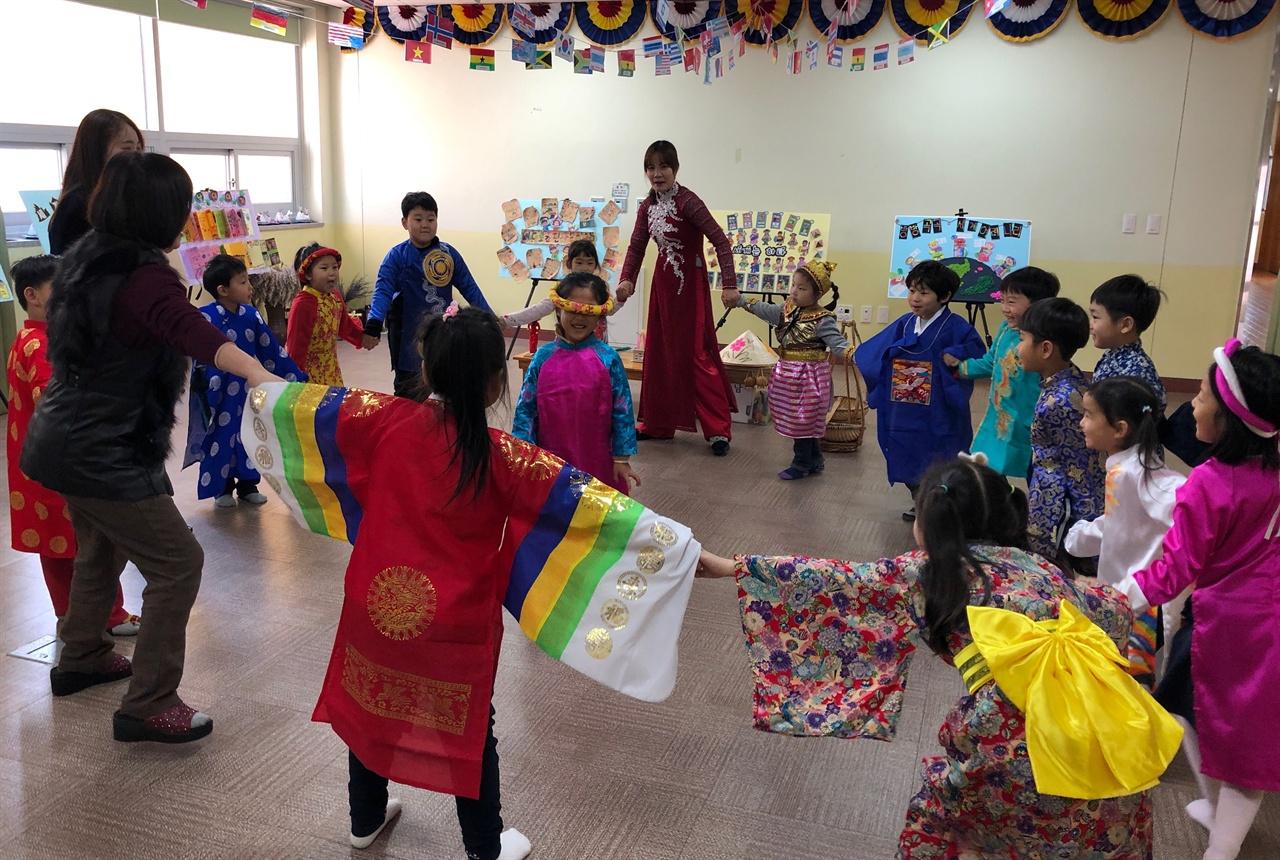 베트남 전통의상을 갖춰 입고, 술래가 되는 친구는 눈을 가렸다. 베트남의 전통놀이 '까막잡기'는 우리나라의 술래잡기와 비슷하다.