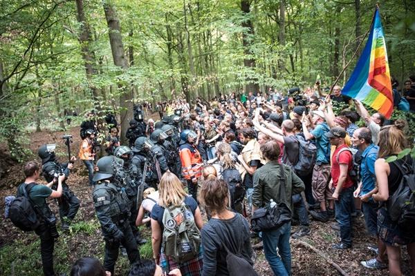 함바흐 숲에 대치한 환경운동가들과 경찰