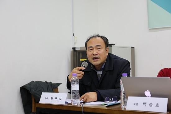 황규성 한국노동연구원 초빙연구위원이 패널 토론에서 '한국 복지체제'에 관해 발언하고 있다.