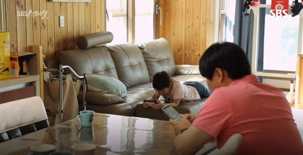 스마트폰 사용을 지적하면서도 정작 부모들은 스마트폰을 손에서 잘 놓지 않았다. 스마트폰에 제대로 저항하지 못하고 있는 것은 부모들도 마찬가지였다.