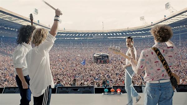 영화 <보헤미안 랩소디>에서 재현된 라이브 에이드 무대. 이 날 방송분에서도 퀸의 21분 공연은 무편집으로 생생히 전달됐다.
